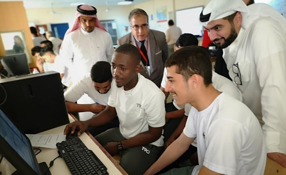 فريق (مدارس المستقبل) يطّلع على ممارسات التمكين الرقمي المدرسية