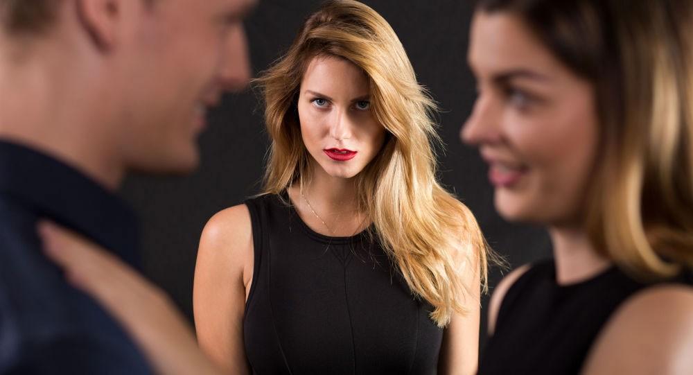مشكلات العمل قد تدفع الرجال للخيانة الزوجية