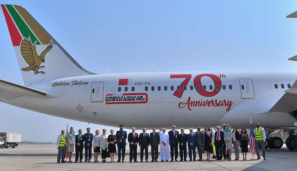طيران الخليج تطلع السفير الأمريكي على أحدث طائراتها (الدريملاينر)