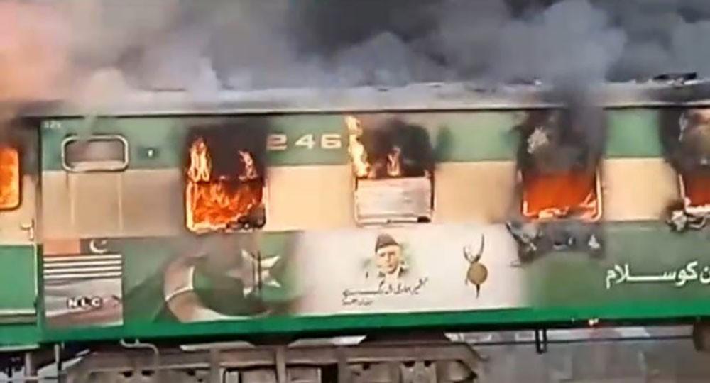 حريق يلتهم أقدم قطارات باكستان.. 65 قتيلاً و40 جريحاً