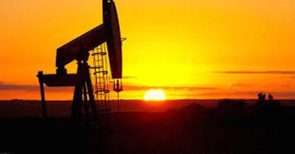 أسعار النفط تهبط أكثر من دولار مع تجدد الشكوك بشأن محادثات التجارة