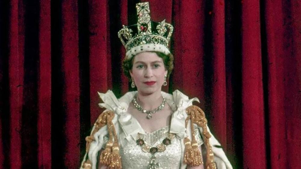 """ملكة بريطانيا: التاج الملكي ثقيل و""""يكسر العنق"""""""