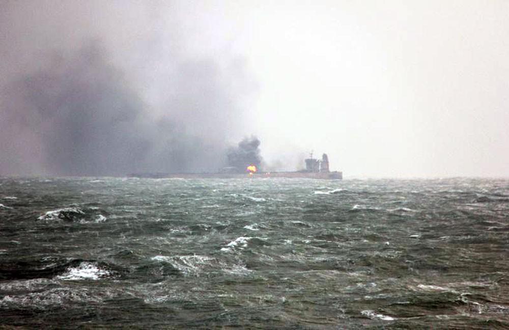 غرق ناقلة النفط الإيرانية المشتعلة