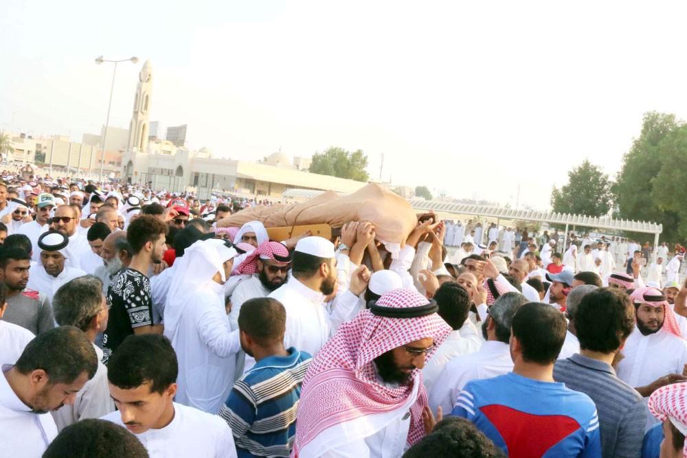 الآلاف يشيعون شهيد المسجد لمثواه الأخير بمقبرة المحرق