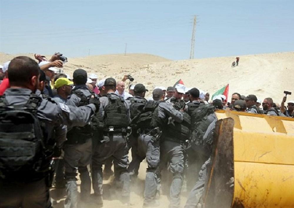 """جيش الاحتلال يهدم """"الوادي الأحمر"""""""