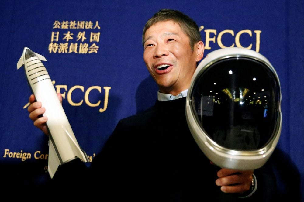 ملياردير ياباني يصطحب عشيقته إلى القمر