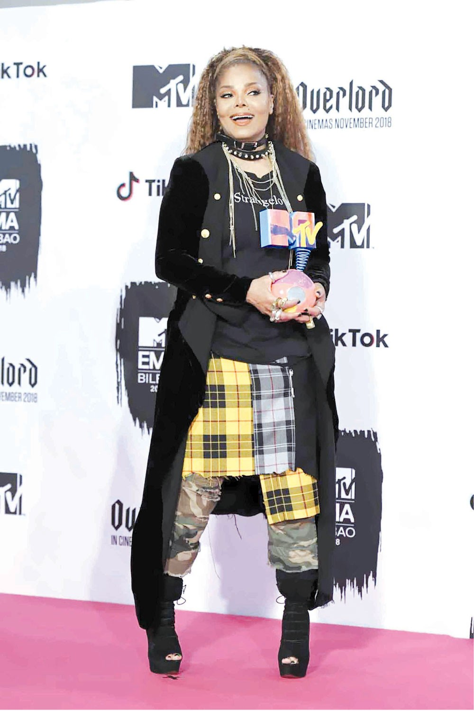 جانيت جاكسون تفوز بجائزة الأيقونة العالمية