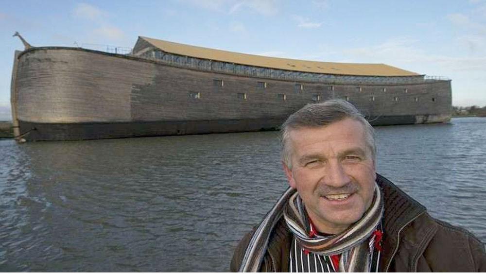 """نجار يخطط للإبحار بـ """"سفينة نوح"""""""