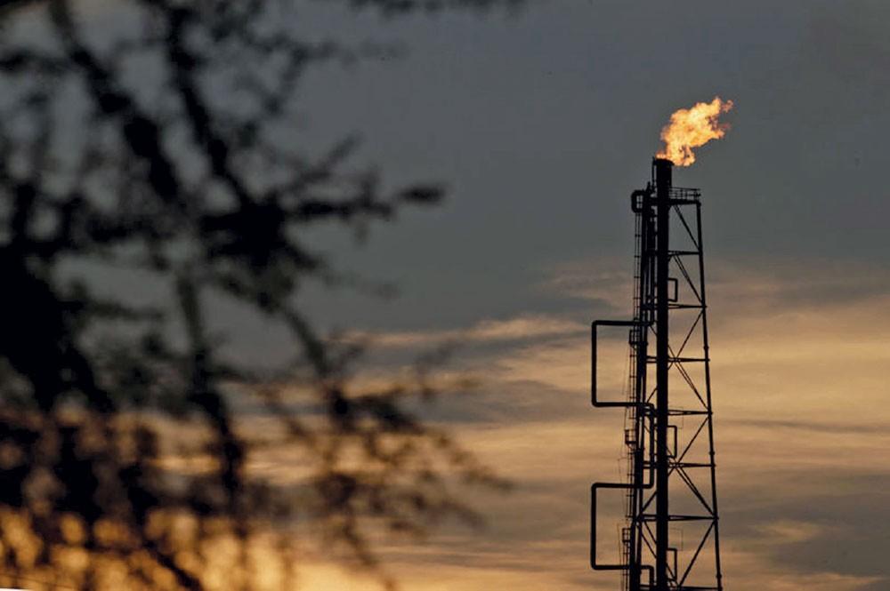 النفط ينزل من ذروة 4 أشهر
