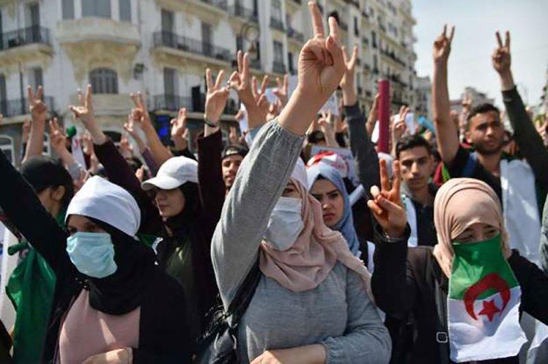 """الجيش الجزائري يحذر من """"العنف والفوضى"""""""