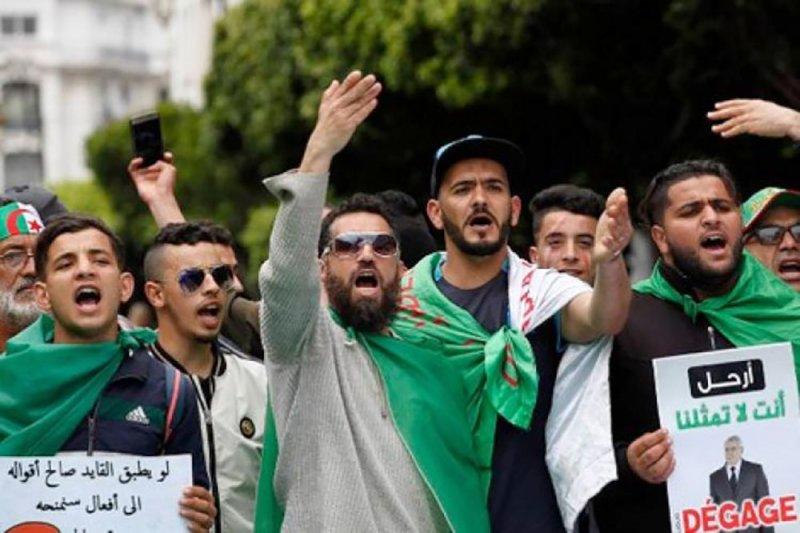 دعوة لمد الفترة الانتقالية بالجزائر إلى 6 أشهر