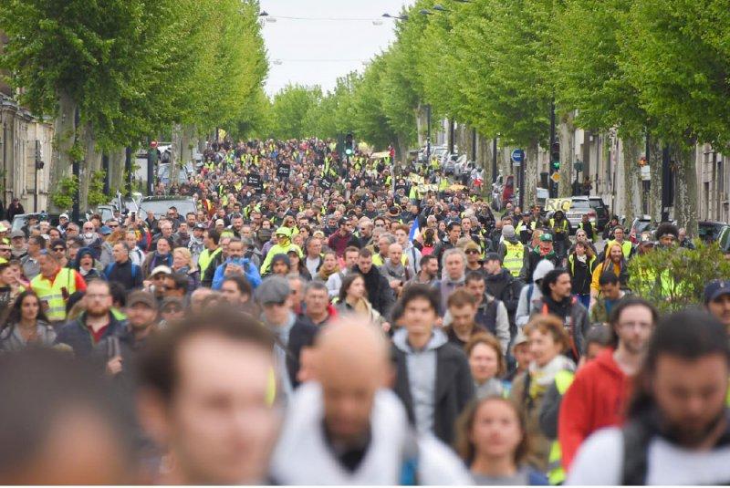 """تظاهر الآلاف من """"السترات الصفراء"""""""