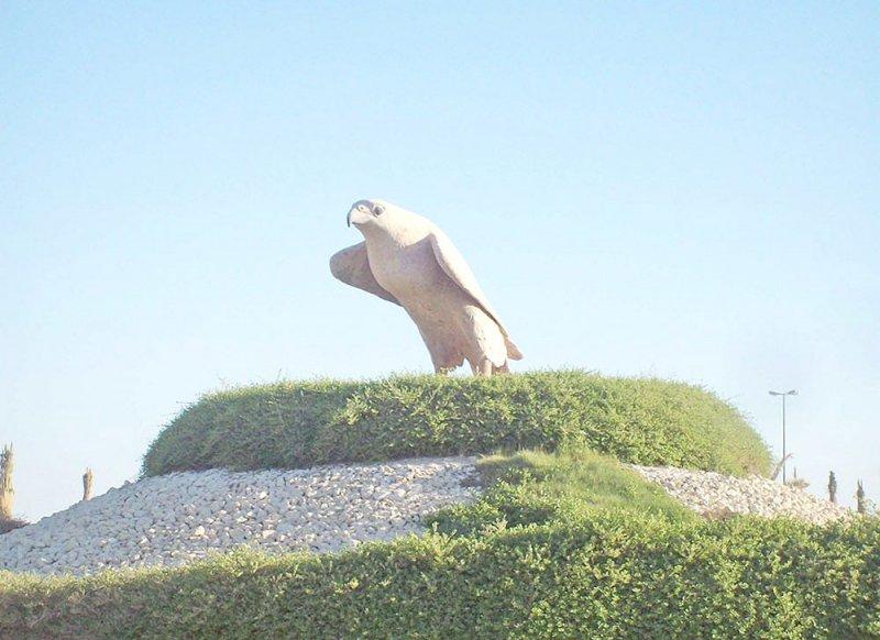 """نصب الصقر """"يخضع"""" لشموخ قلعة عراد"""