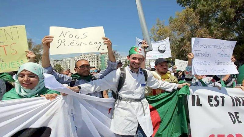 """الجزائر.. طلاب يعرقلون اجتماع """"لجنة الحوار"""""""