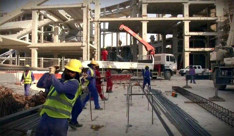 الغارديان: مئات العمال يموتون بقطر سنويا