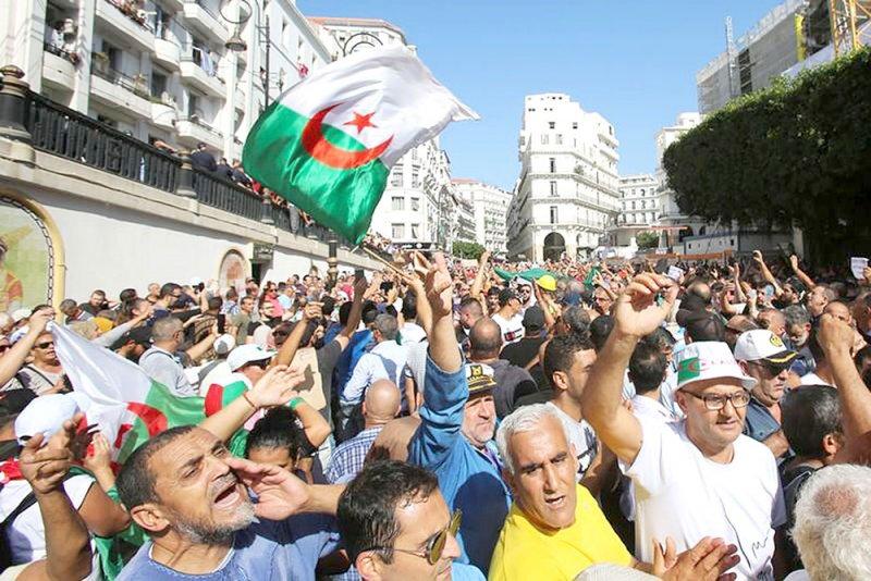 مئات الجزائريين يحتجون على قانون بشأن الطاقة