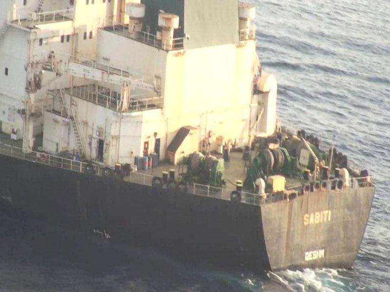 """صور لناقلة إيران """"المكسورة"""" واقترابها من سفينة مشبوهة"""