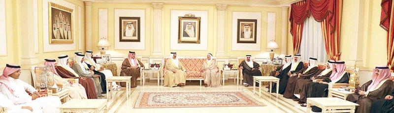 جلالة الملك يزور مجلس وزير الداخلية ويعزي بوفاة الشيخ عبدالله بن سلمان